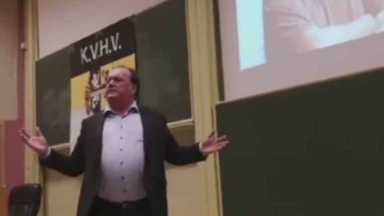 Plastisch chirurg Jeff Hoeyberghs was afgelopen week te gast bij studentenvereniging KVHV en liet tijdens zijn lezing een reeks seksistische opmerkingen vallen.