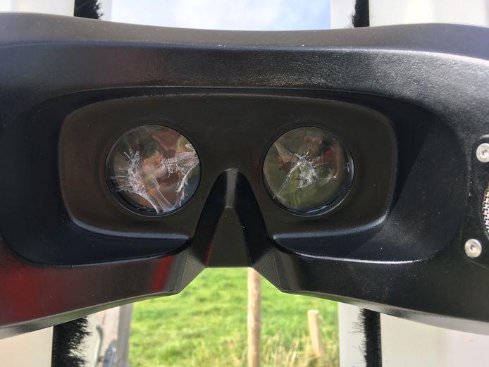 Ingeslagen lenzen van de VR-zuil in Sluis.