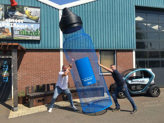 Met een vier meter hoge waterfles hoopt Cleanup Team de aandacht te trekken