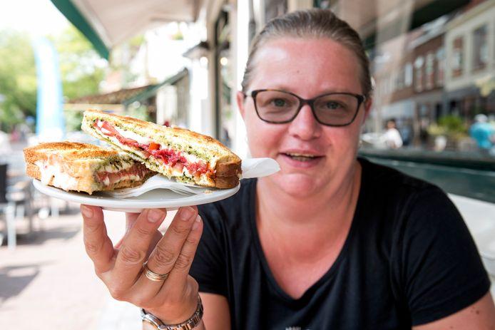 Nicole van Breenen van De Reehorst met tosti 30: mozzarella, salami, tomaat en pesto.
