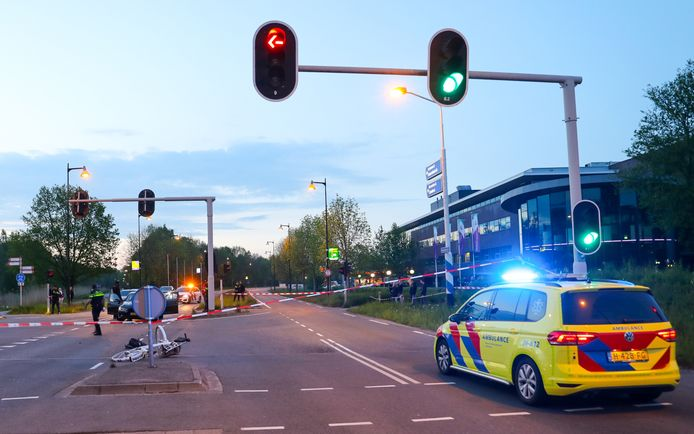 De politie heeft de kruising afgezet voor onderzoek.