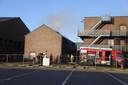 De brandweer blust de brand in het oefencentrum van de brand weer in Boxmeer.