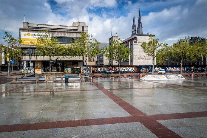 Het Stadhuisplein in Eindhoven met de oude ABN AMRO-bank; het naastgelegen oude Agglomeratiegebouw is al gesloopt.