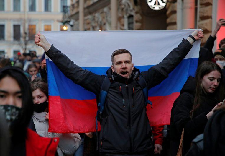 Inwoners van de Russische stad Sint-Petersburg spreken hun steun uit voor de gevangen oppositieleider Aleksej Navalny.  Beeld REUTERS