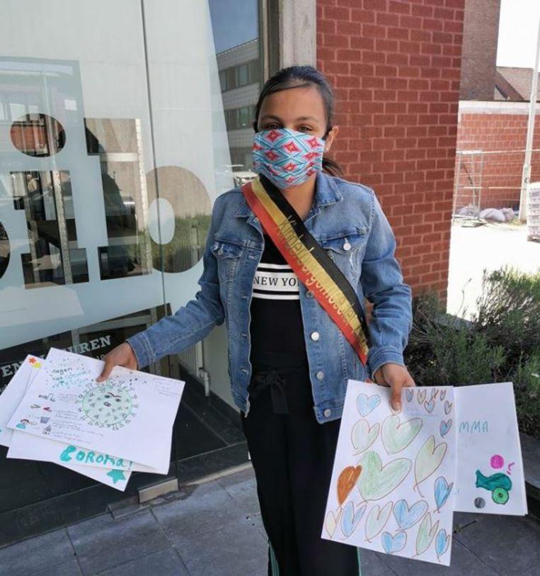 Kinderburgemeester Elise met haar tekeningen.