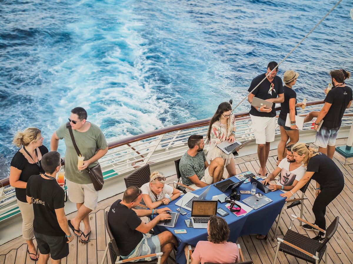 Het fenomeen 'digitale nomade' zal een nog sterkere vlucht nemen. Jongeren voor wie het niet uitmaakt dat ze hun werk vanuit hier of Kaapverdië doen.  Op de foto een 'digital nomad cruise'.