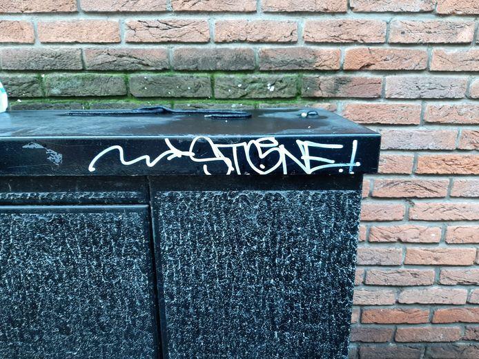 In de Harderwijkse binnenstad duikt de tag van Stone op tal van plekken op.