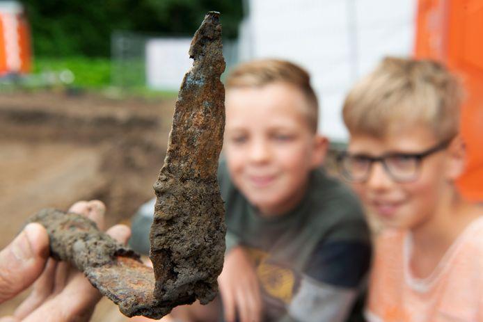 Frederik en Sven (rechts) kijken mee bij de opgraving.