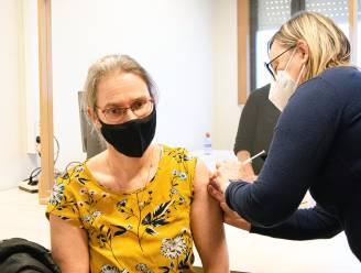"""Eerste zorgverleners en medewerkers krijgen prikje in Ninoofs vaccinatiecentrum: """"Zo beschermen we ook onze patiënten en onze omgeving"""""""