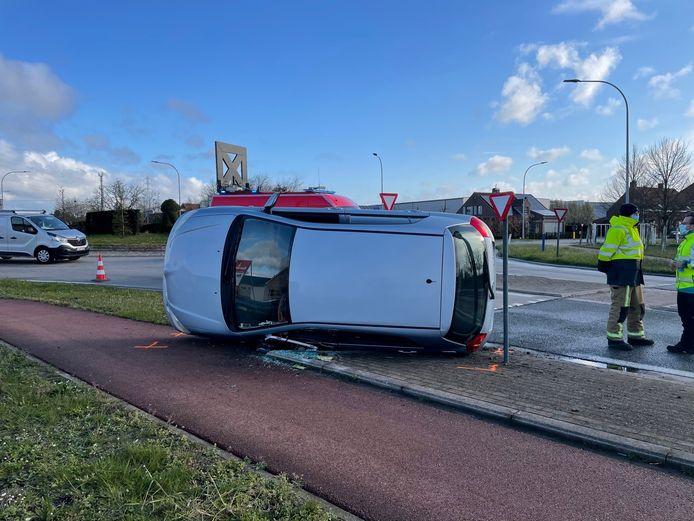 De Toyota kwam op de zij tot stilstand aan de rotonde in Meulebeke.