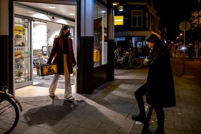 U=Bij de Jumbo op de Biltstraat halen mensen vlak voor acht uur nog snel even een kratje bier