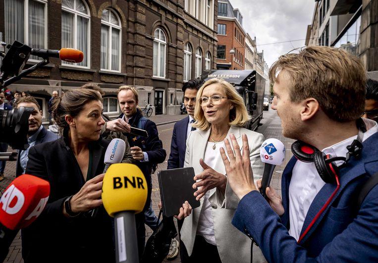 Fractievoorzitter Sigrid Kaag (D66) onderweg naar het Logement voor het gesprek met informateur Johan Remkes, Wopke Hoekstra (CDA) en Mark Rutte (VVD).  Beeld ANP