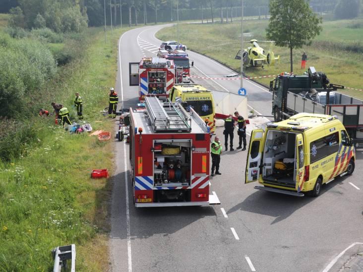 Vrouw en twee kinderen gewond door aanrijding met vrachtwagen in Bergen op Zoom, weg voorlopig dicht