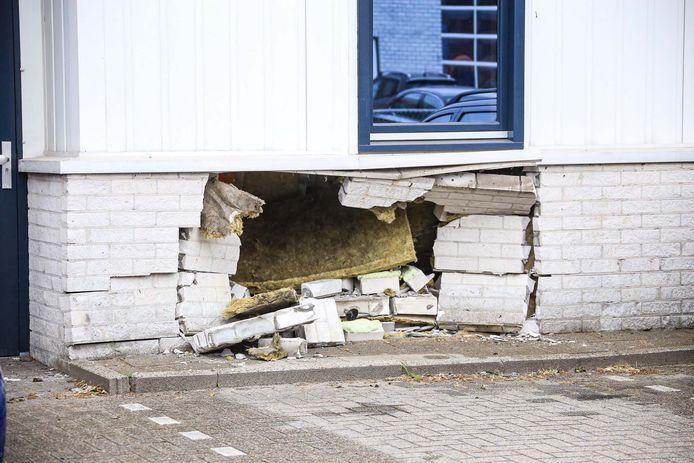 Auto rijdt tegen gevel van gebouw in Helmond.