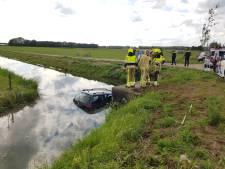 Bestuurder rijdt met geleende auto boom uit de grond en belandt in sloot in Beuningen