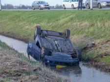 Auto op z'n kop in de sloot langs N201 bij Amstelhoek