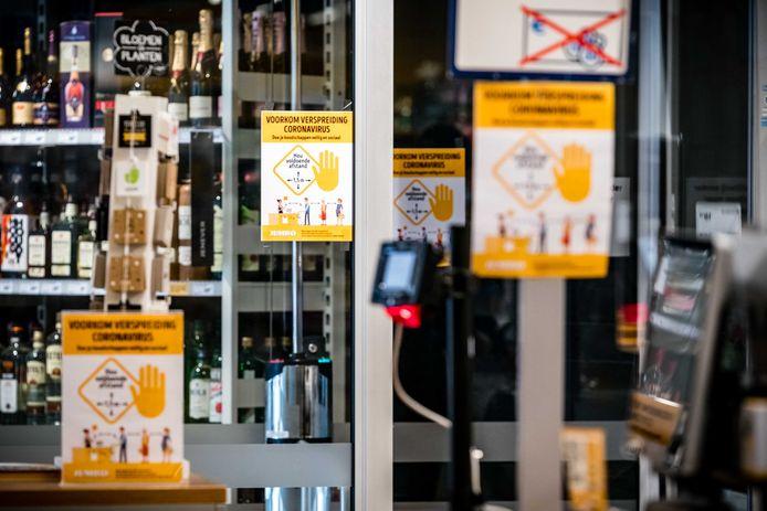Posters met maatregelen tegen het coronavirus in een Jumbo. De Jumbo in Haaksbergen krijgt een pluim van Bonnie ter Horst.