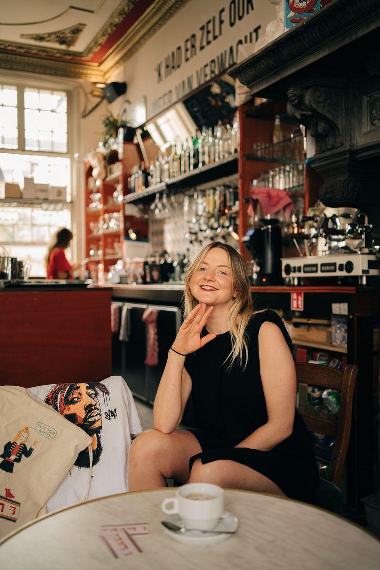 Liesbet Goedemé: 'Met mij komt het goed, ik maak me meer zorgen over eenzaamheid: hier komen veel mensen alleen iets drinken'.  Beeld Wouter Van Vooren