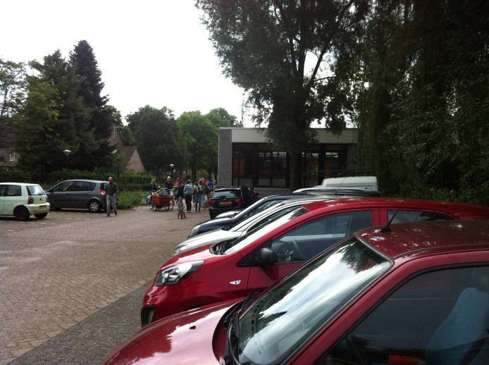 Groepjes mensen staan te praten bij de Uilenbrink in Veghel