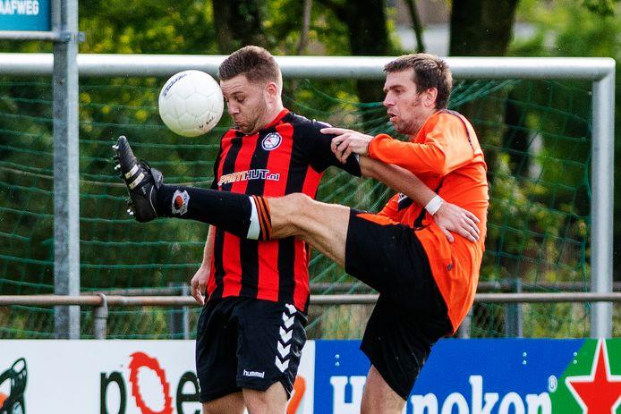 Dominique Vos (rechts) verruilt met zijn broer Mario na dit seizoen het oranje van ZVV'56 voor het geelblauw van De Paasberg.