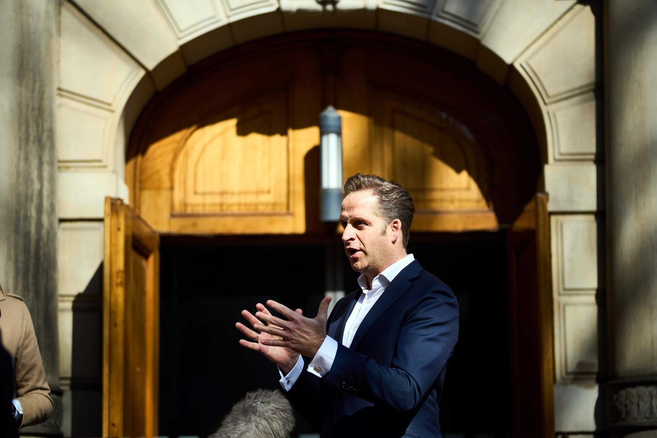 Minister Hugo de Jonge van Volksgezondheid, Welzijn en Sport (CDA) verlaat het Binnenhof voor een corona-overleg voorafgaand aan de wekelijkse ministerraad.