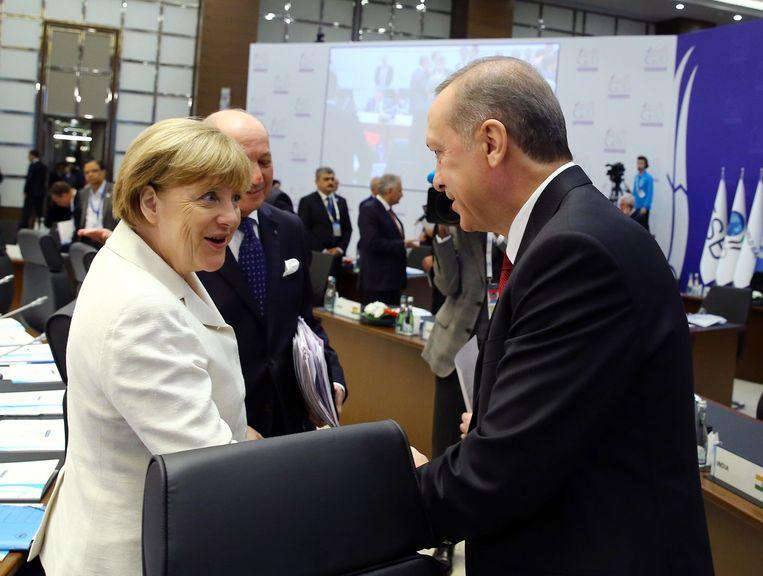 De Turkse president Recep Tayyip Erdogan (R) met de Duitse bondskanselier Angela Merkel tijdens de G02-top Beeld anp