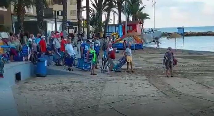 Tous les matins, plusieurs dizaines de baigneurs font la queue pour obtenir le meilleur emplacement sur la plage de Torrevieja, dans le sud de l'Espagne.