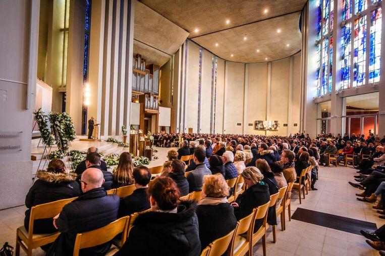 Alle stoelen in de grote OLV Ter Duinenkerk waren bezet