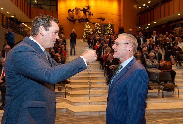 Tom Horn krijgt eind 2019 de ambtsketen omgehangen door wethouder Robert Scholten. Als hij het raadspresidium nu achter gesloten deuren over dienst ontslag laat praten, is dat in strijd met de wet, stelt professor Michiel de Vries.