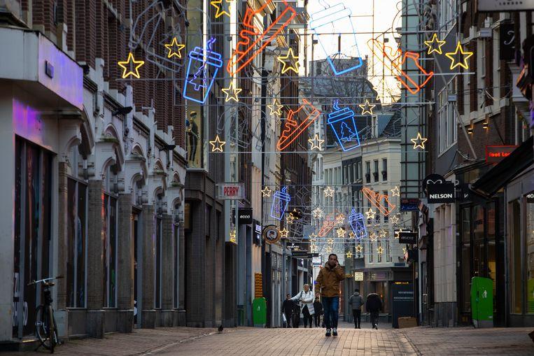 Een lege Kalverstraat. Door de coronamaatregelen bleven winkels lange tijd dicht. Beeld AP