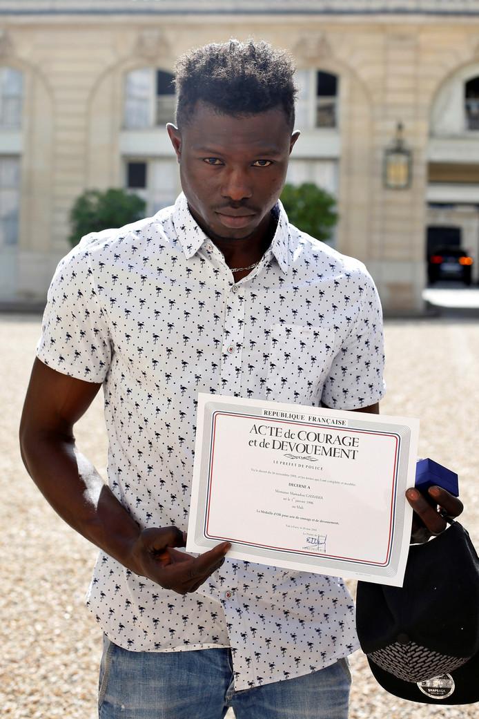 Gassama kreeg een onderscheiding van de Franse politie.