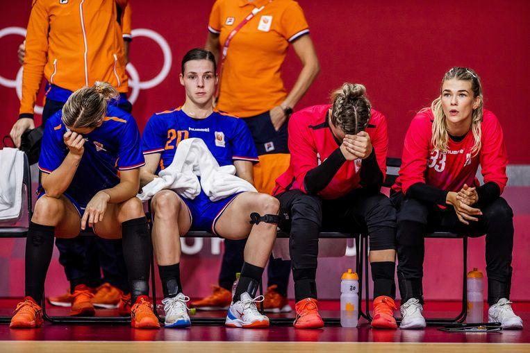 Verslagenheid bij de handbalsters na de nederlaag tegen Frankrijk,  Beeld ANP