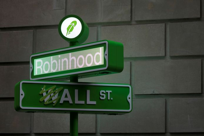 FILE PHOTO: The logo of Robinhood Markets, Inc. is seen at a pop-up event on Wall Street after the company's IPO in New York City, U.S., July 29, 2021.  REUTERS/Andrew Kelly/File Photo