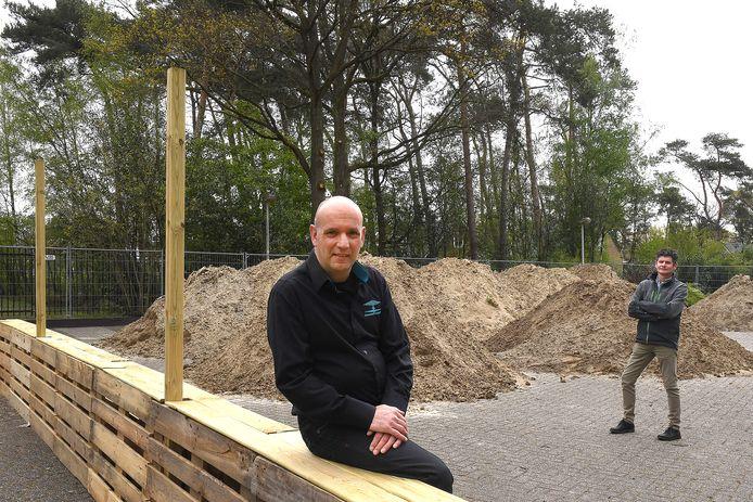 Harold Goemans (l), exploitant en beheerder van de Raaijhal in Overloon, zet samen met volleybalvereniging Sportivo een beachpark op. Ron Vloet van Sportivo is blij met het gezamenlijke initiatief.