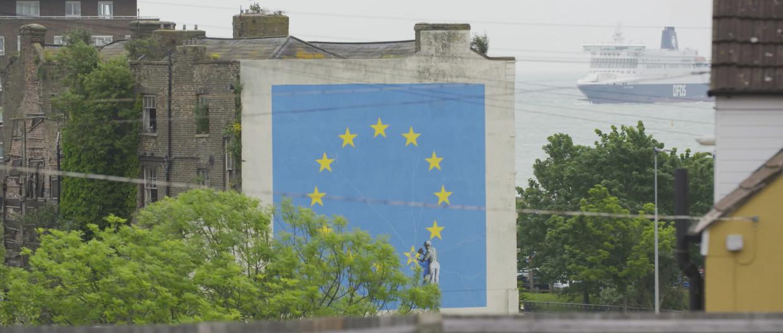Banksy's brexitmuurschildering in Dover in 'Banksy Most Wanted' Beeld AVROTROS