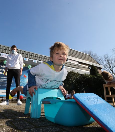 Droogzwemmen als ludieke actie tegen sluiting zwemscholen: 'Water staat ons aan de lippen'