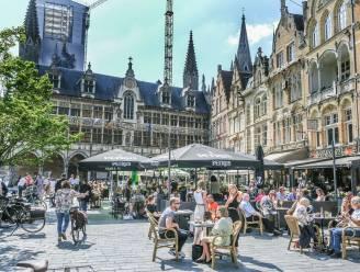 Mooi weer zorgt voor volle terrasjes op Ieperse Grote Markt, enkel Engelse toeristen ontbreken nog