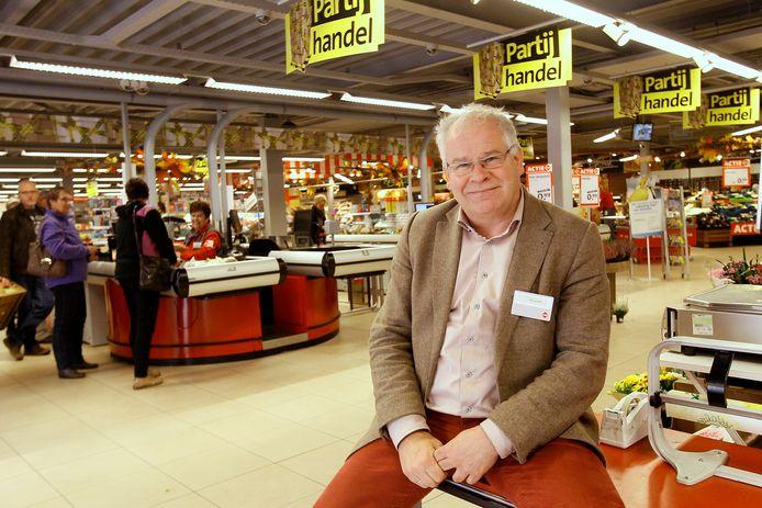 Wilbert Grotenhuys poseerde in 2014 in zijn supermarkt die van C1000 omgebouwd zou worden tot Albert Heijn.