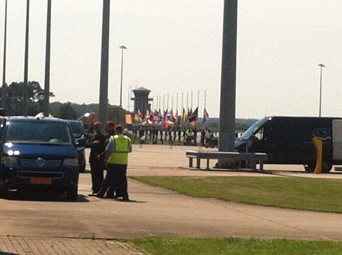 De landenvlaggen hangen halfstok op vliegbasis Eindhoven