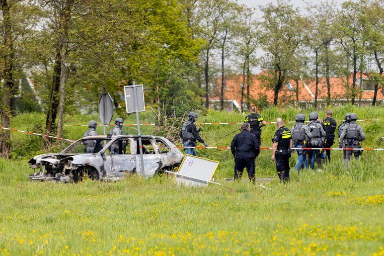 In een weiland in Broek en Waterland kwam het tot een vuurgevecht tussen de politie en de overvallers. De overvallers gebruikten automatische wapens.  Beeld Michel van Bergen