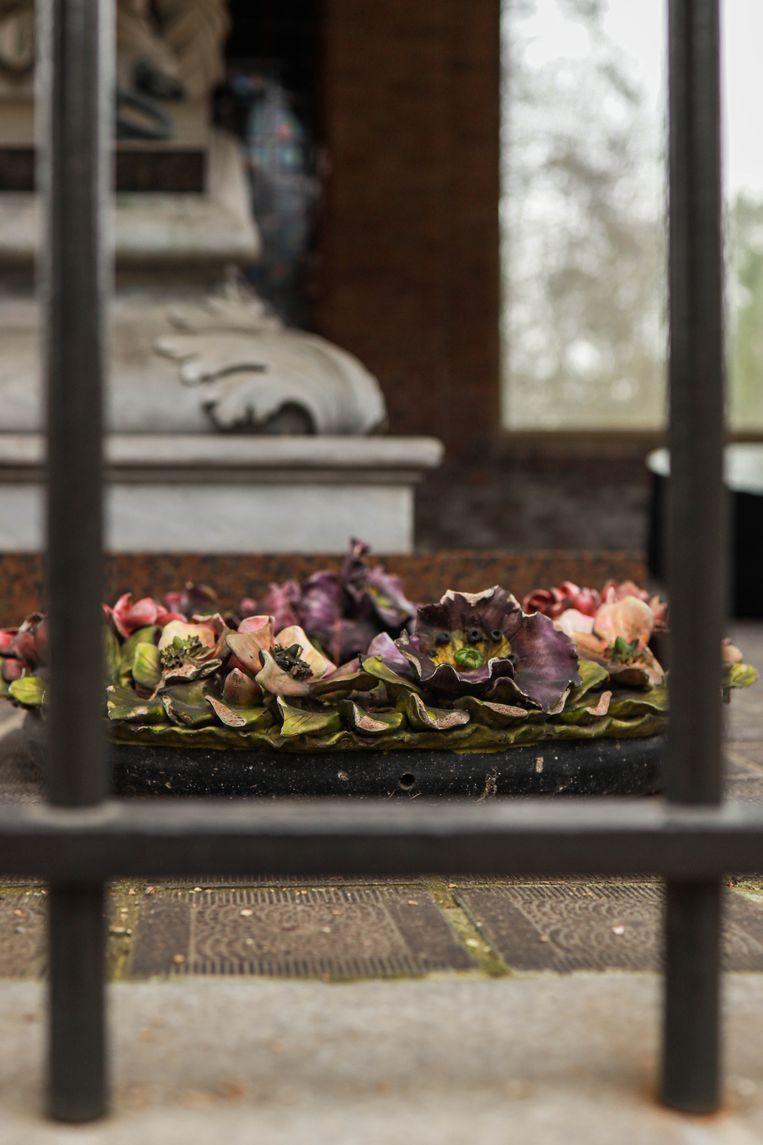 Op 6 februari wandelden we op begraafplaats Zorgvlied aan de Amstel. En stonden we even stil bij het monumentale 19de-eeuwse praalgraf van de familie Dorrepaal, een rijksmonument waarvan ook de aardewerken kransen en stalen kransdozen bewaard zijn. Winnaar is Marion Slotboom. Beeld Anouk Hulsebosch