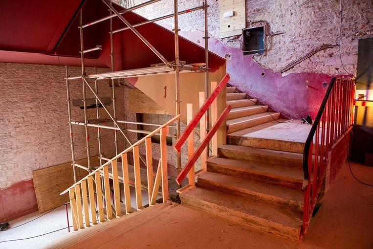 Het pleisterwerk is verdwenen van de muren in de trappenhal. De rode loper komt binnenkort terug.