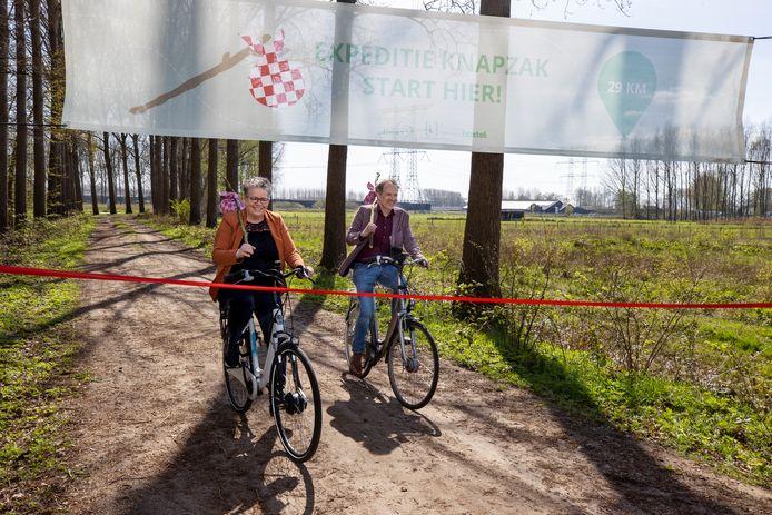 Wethouders Désiré van Laarhoven (Boxtel) en Stan van der Heijden (Best) openen de fietsroute Expeditie Knapzak.