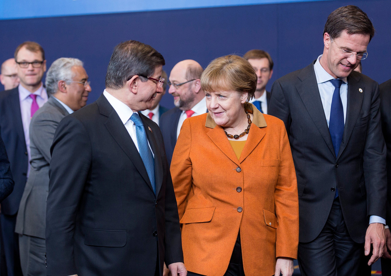 De Turkse premier Ahmet Davutoglu, Duits bondskanselier Angela Merkel en Nederlands premier Mark Rutte tijdens de Europees-Turkse top in Brussel op 7 maart 2016.