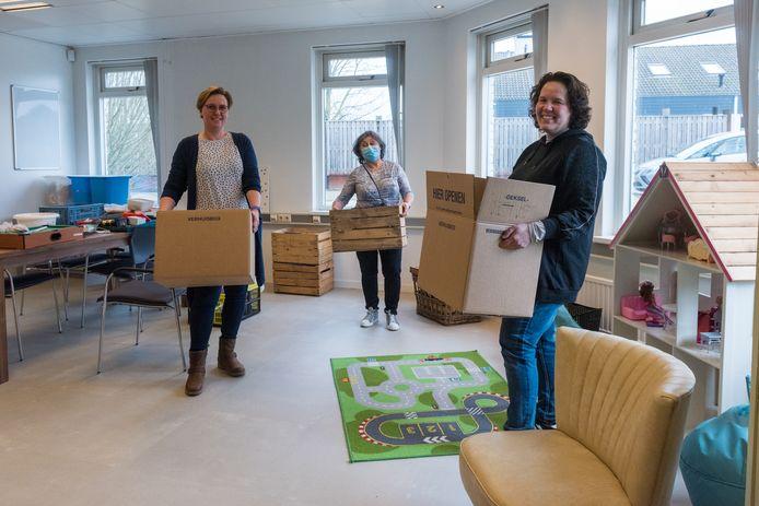Ilja de Vaan, Loes Driessen en Mandy Mennigs van Loek@You zijn druk bezig met de verhuizing.