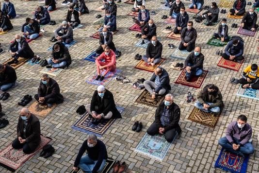 Op afstand van elkaar bidden tijdens het vrijdagmiddaggebed van de Arnhemse Türkiyem Moskee.
