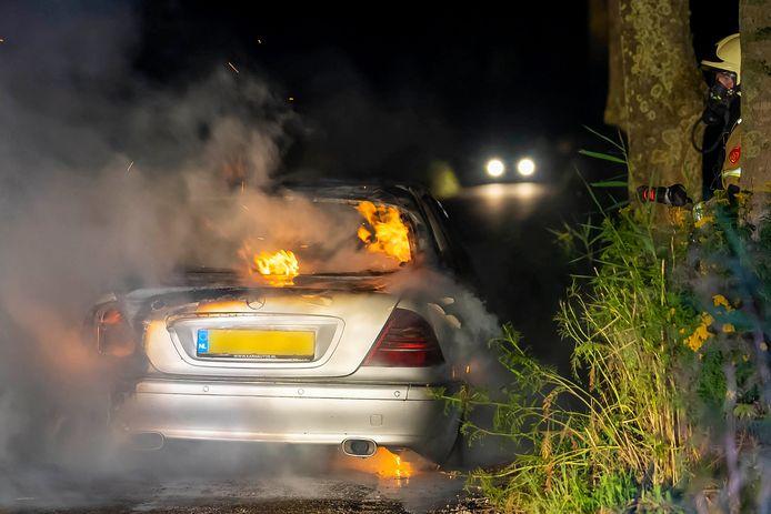 Wagen gaat in vlammen op in Geffen.