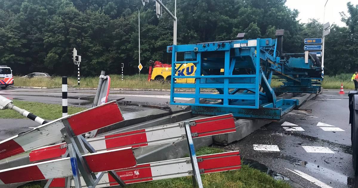 Vrachtwagen met heipalen gekanteld; N57 bij Serooskerke nog hele ochtend gestremd.