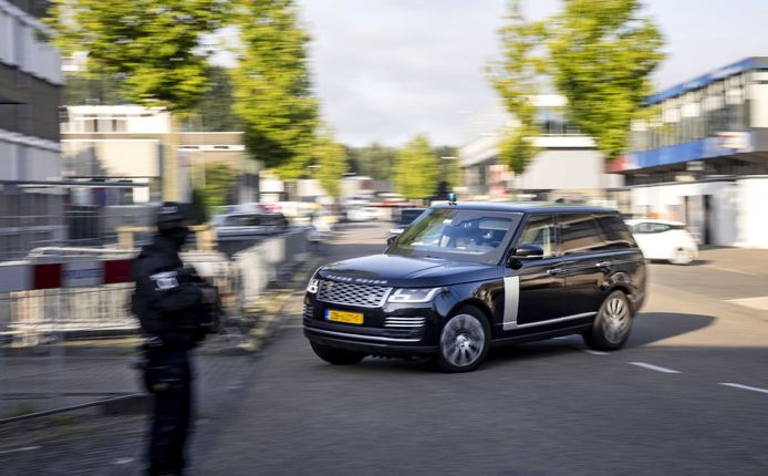 Een beveiligde auto arriveert bij de extra beveiligde gerechtsbunker in Amsterdam-Osdorp.