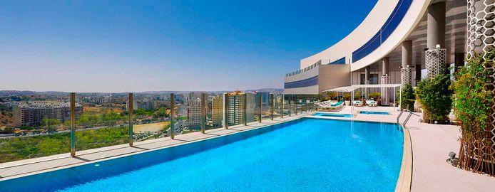 Behoort ook tot de faciliteiten: een zwembad op het dak, met zicht op de stad.